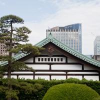 Contraste entre le palais impérial et les gratte-ciels