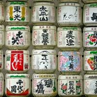 Détail des offrandes de saké à l'entrée du Meiji-jingū