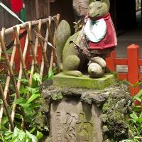 Statue d'écureuil devant un temple du parc de Ueno