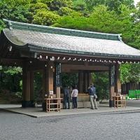 Fontaine de purification à l'entrée du sanctuaire Meiji-jingū