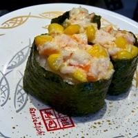 Maki sushi au maïs et à la crevette