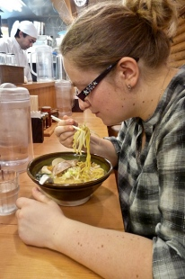 Difficile de manger les ramen avec des baguettes