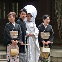 Mariés en costume traditionnel au Meiji-jingū