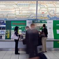 Automates de distribution de tickets dans une gare de Tokyo