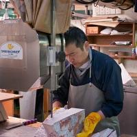 Découpe du thon congelé à Tsukiji