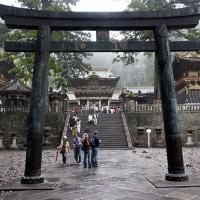 Torii à l'entrée du sanctuaire Tōshō-gū à Nikkō