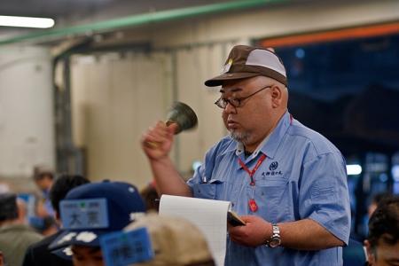 Vente aux enchères des thons au marché de Tsukiji
