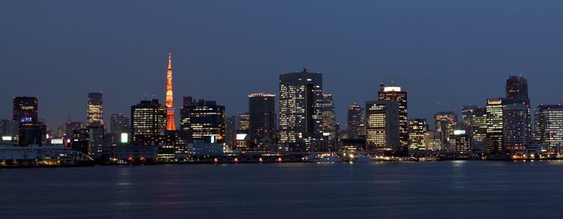 Vue de Tokyo depuis le Rainbow Bridge à la nuit tombante