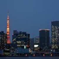 Vue de Tokyo et de la Tokyo Tower depuis le Rainbow Bridge