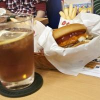 Hamburger et thé glacé au MOS Burger