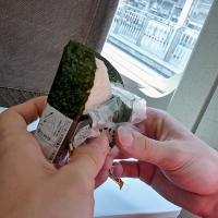 Ouverture d'un onigiri emballé