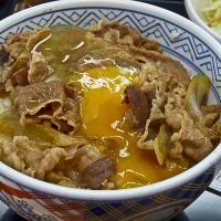 Gyūdon avec un oeuf cru à Yoshinoya