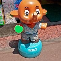La mascotte éléphant de l'enseigne Sato Healthcare