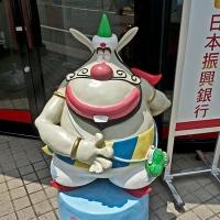 Mascotte sur le trottoir à Tokyo