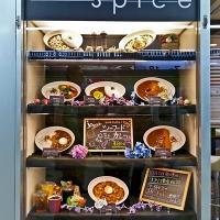 Vitrine de restaurant japonais avec faux plats en résine