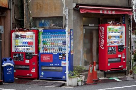 Distributeurs de boissons à l'angle d'une rue de Tokyo