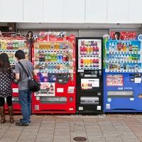 Deux japonais hésitant devant le grand choix de boissons