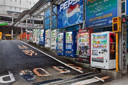 Rangée de distributeurs de boissons à Tokyo
