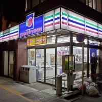 """Un konbini """"Community Store"""", la nuit"""