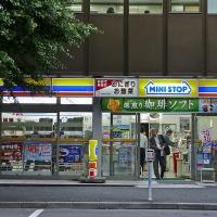 "Un konbini ""Mini Stop"" à Tokyo"