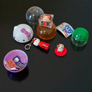 Boules de gachapons ouvertes et figurines
